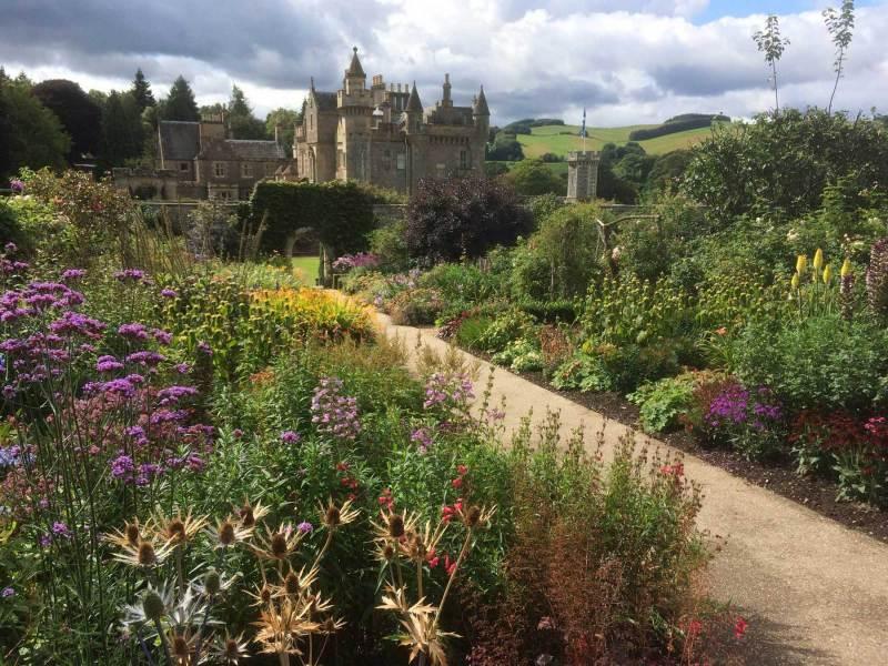 Abbotsford-House-garden